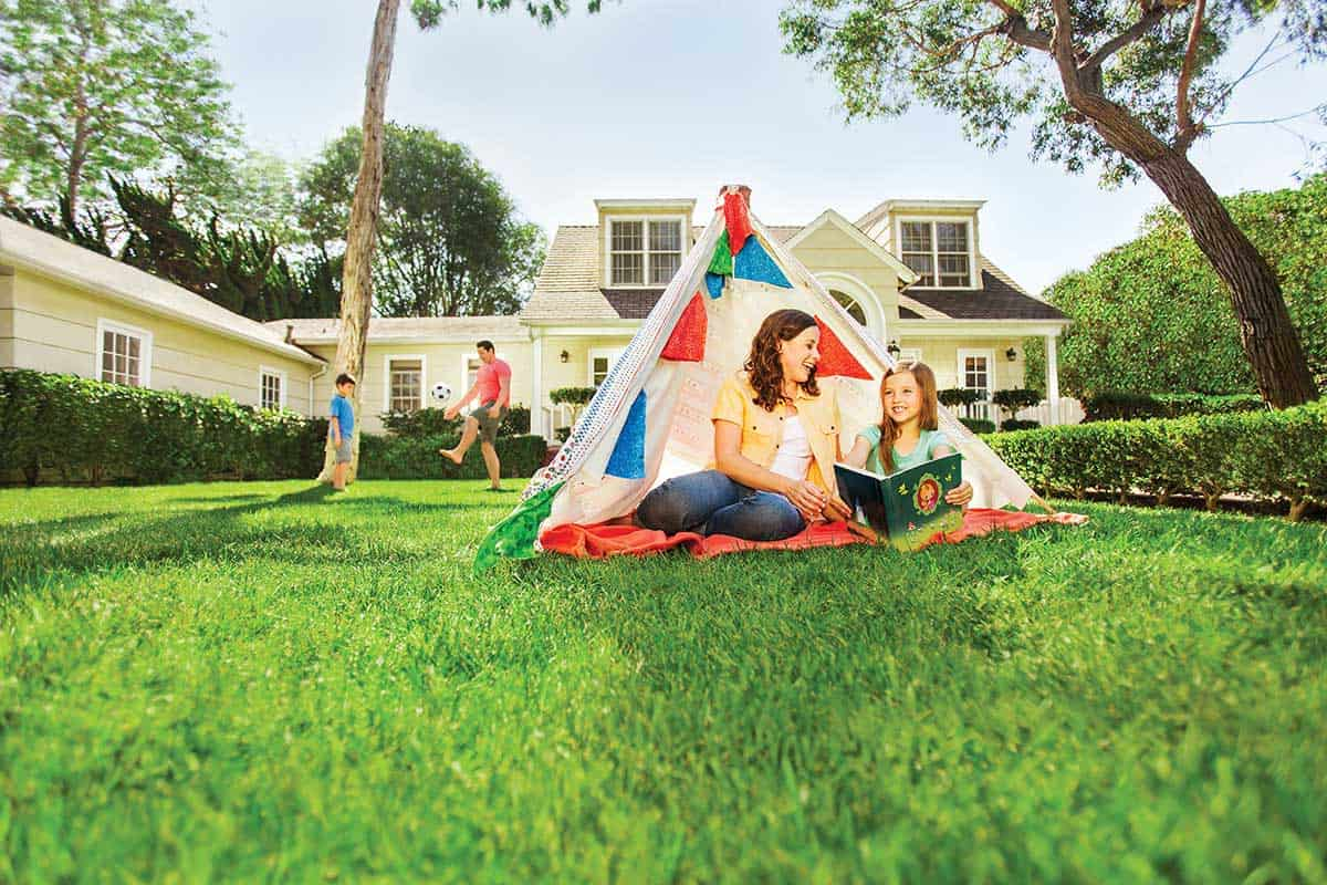 Family-plays-at-lawn