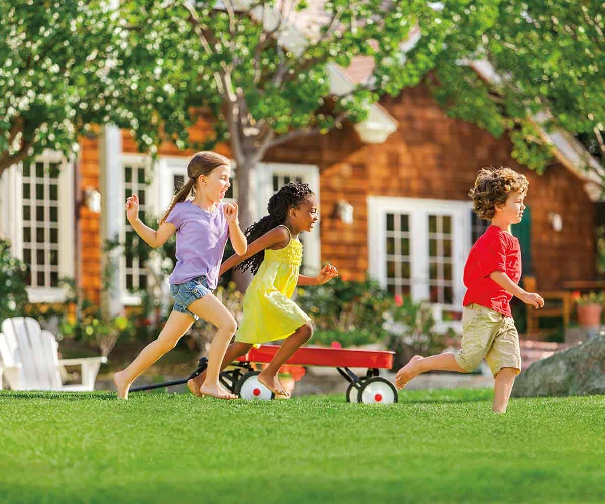 kids-play-in-backyard